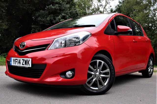 Toyota Yaris 1.33 VVT-i Icon+ 5dr, REVERSE CAMERA Hatchback Petrol Bright Red